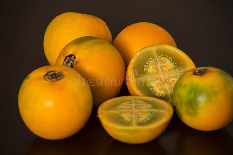 Lulu frukt från Colombia Helheten öppnade och skivade arkivfoto