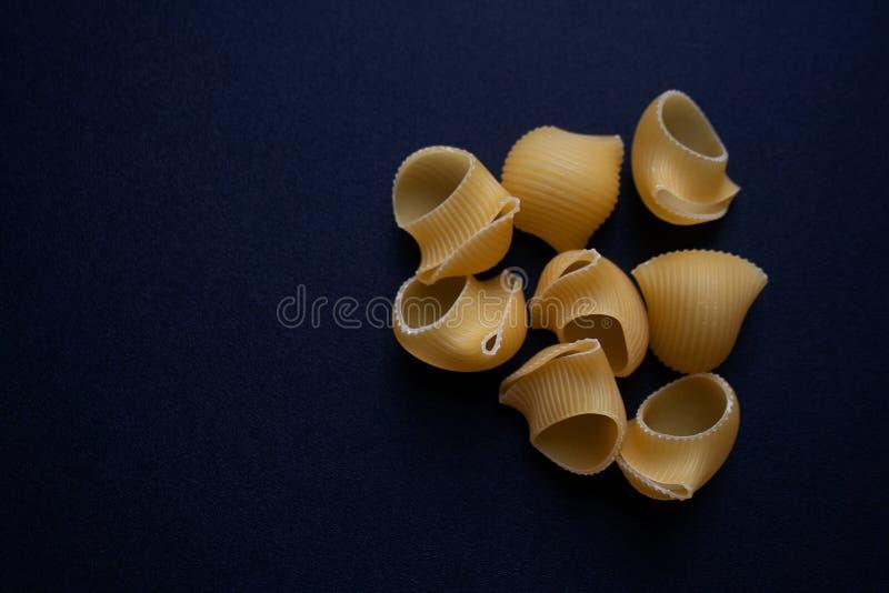 Lumaconi ou massa do escudo do caracol no fundo preto imagem de stock royalty free