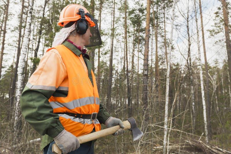 Lumberjack с осью на предпосылке леса стоковое изображение rf