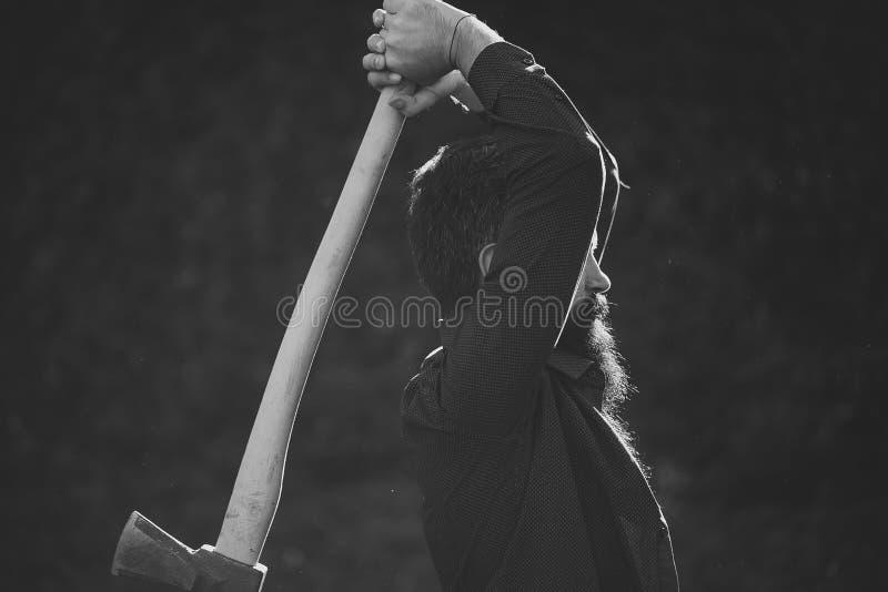 lumberjack Man med den skarpa yxan arkivfoto