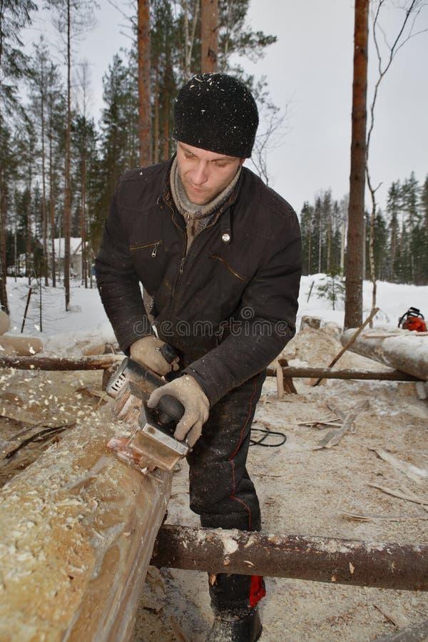 Lumberjack używa samolot usuwać barkentynę od bel zdjęcia stock