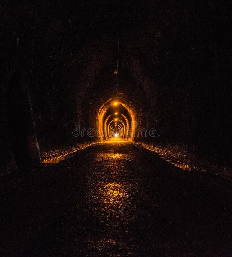 Lumière à l'extrémité d'un tunnel de mine d'or vieux photographie stock libre de droits