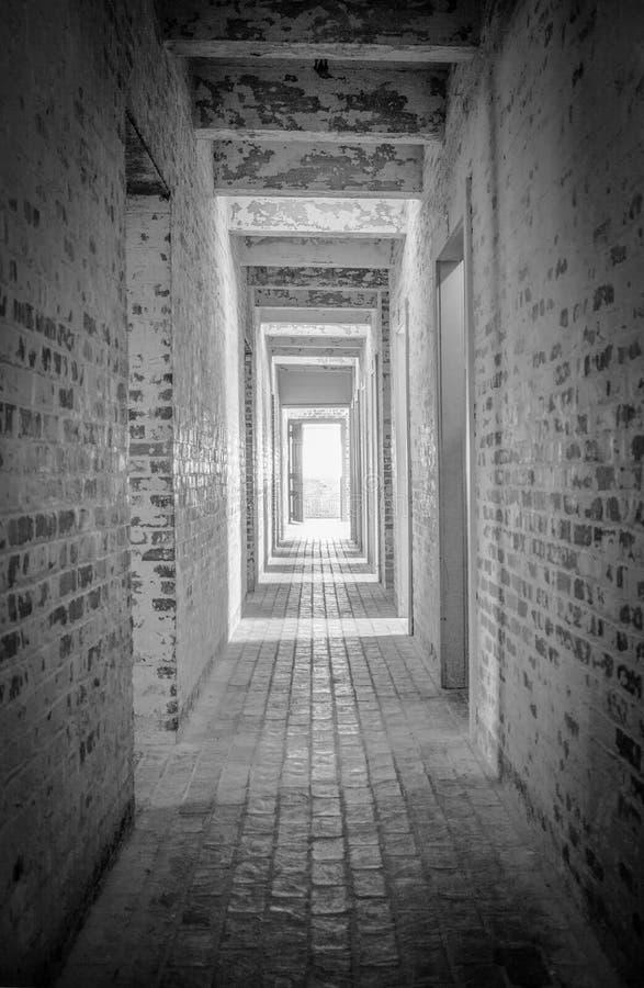 Lumière à l'extrémité du tunnel dans la verticale photo stock