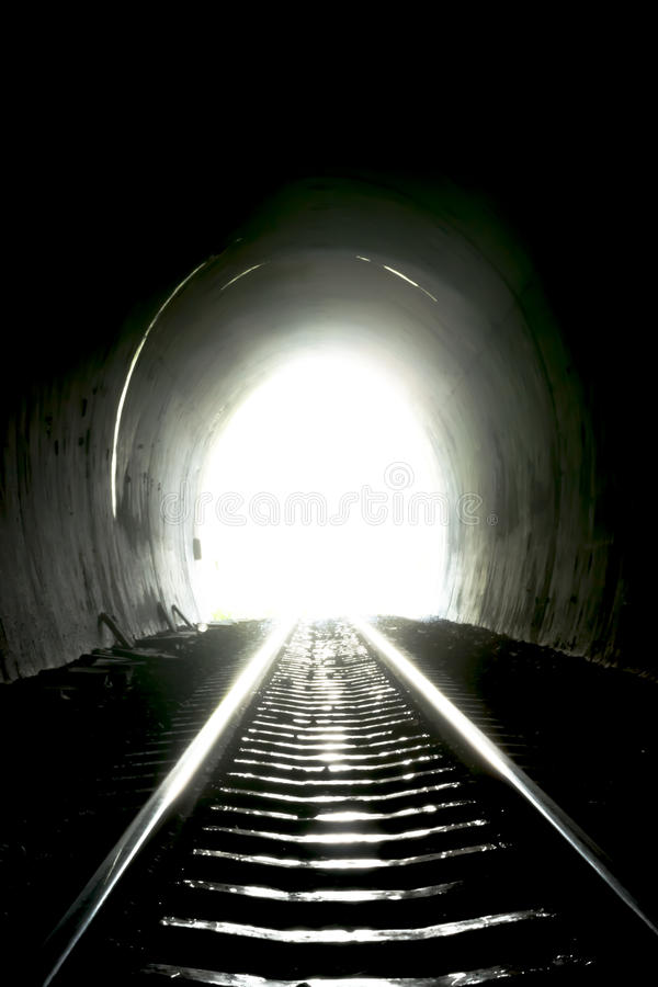 Lumière à l'extrémité le tunnel photos stock