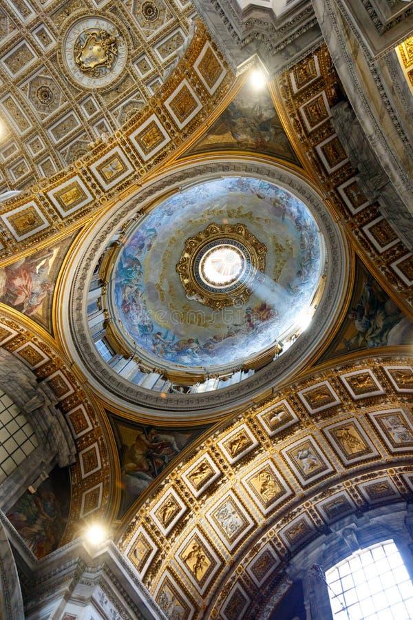 Lumière à l'intérieur de la basilique de St Peter, Ville du Vatican, Rome, Italie image libre de droits