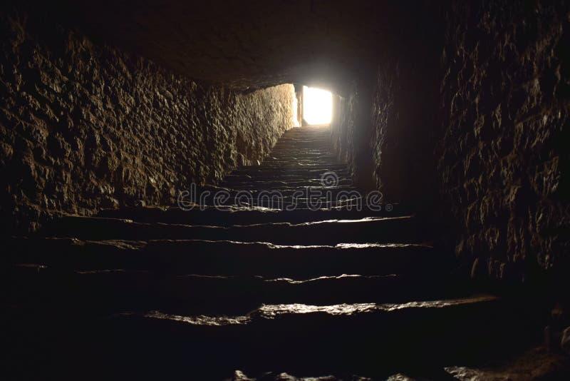 Lumière à la fin d'un tunnel avec des étapes image stock
