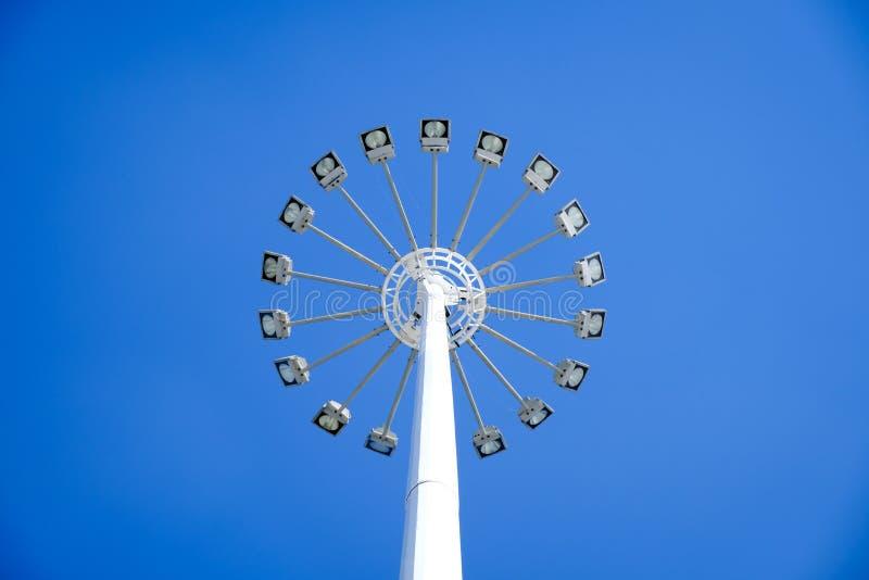 Lumière élevée de courrier de lampe de forme ronde en ciel bleu photos libres de droits