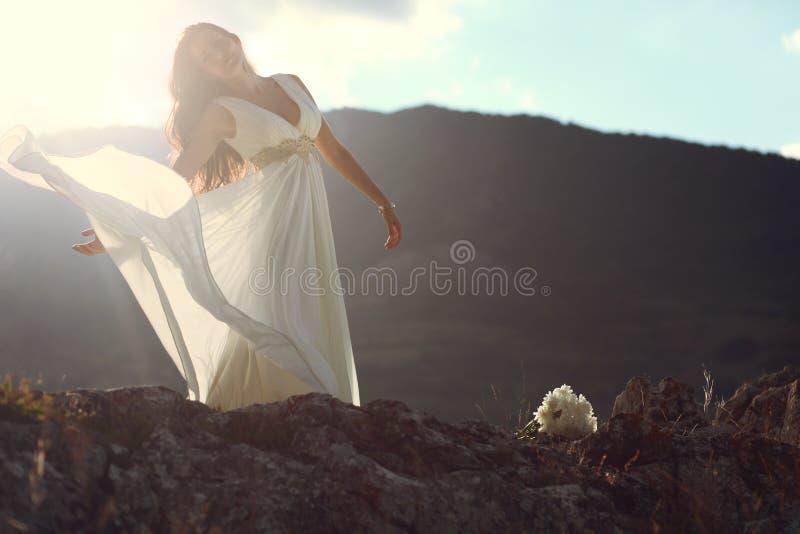 Lumière étonnante du soleil brillant au-dessus de la belle femme images stock