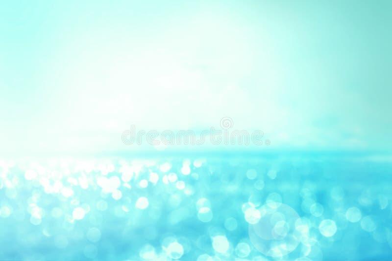Lumière abstraite de tache floue sur le fond de mer et d'océan pour l'été s photos stock
