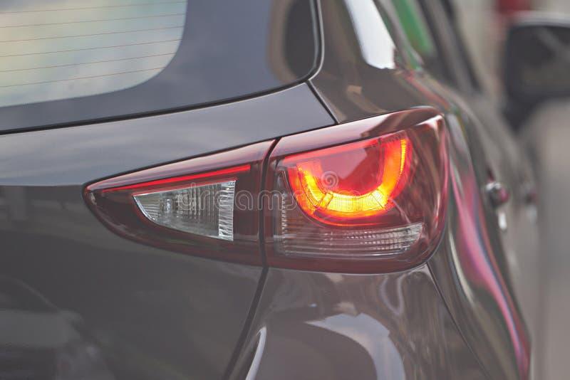 Lumière arrière de voiture sur la vraie route du trafic images stock