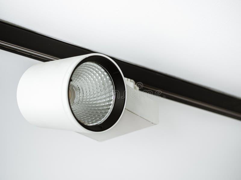 Lumière blanche de voie sur le plafond images stock