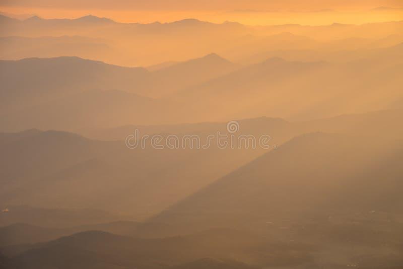 Lumière chaude avec la couche de montagne photo stock