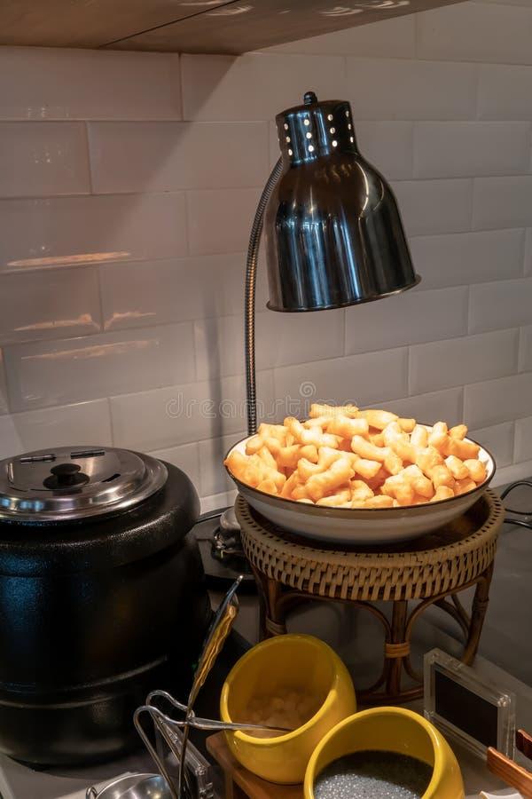 Lumière chaude de lampe au-dessus de pâte chinoise cuite à la friteuse par le pot de lait de soja pour le détail de petit déjeune photo libre de droits