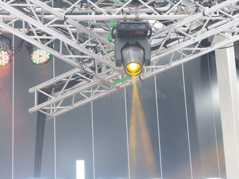 Lumière circulaire montée sur un truscule à ossature métallique Jaune brillant en concert image stock