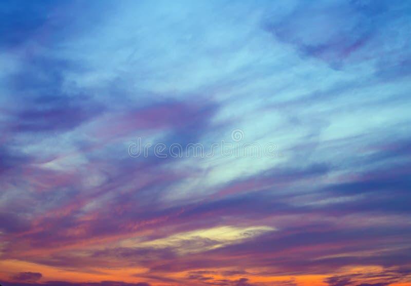 lumière colorée du soleil de lumières du nord sur le fond d'abrégé sur nuage de ciel de coucher du soleil photo stock