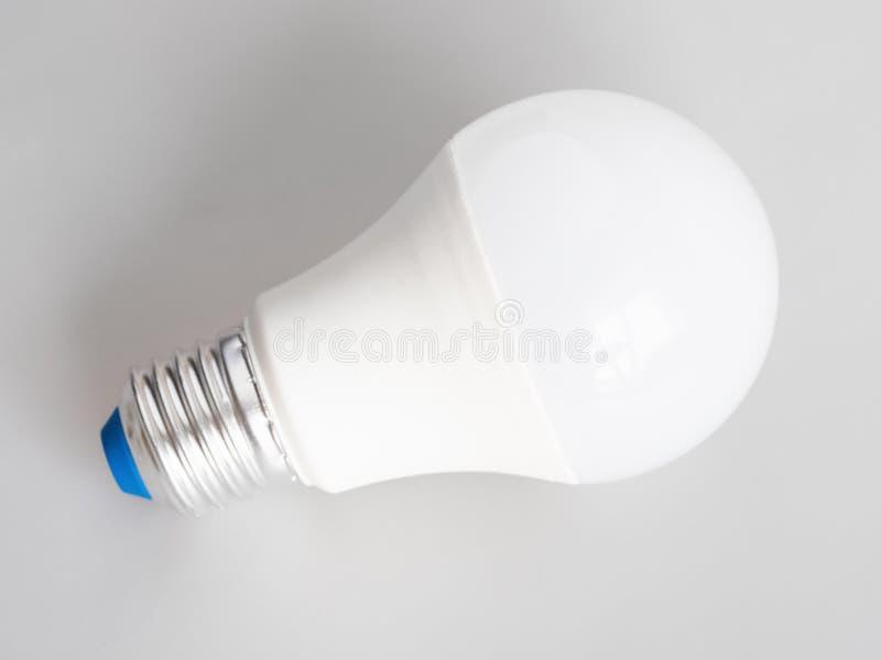 Lumière d'ampoule du ménage LED sur le gris images stock