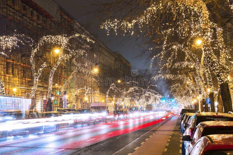 Lumière d'arbre de Noël sur la rue centrale à Budapest image libre de droits