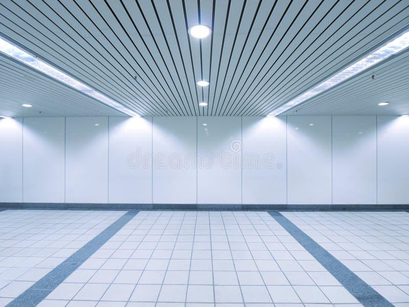 Lumière d'endroit et mur blanc photographie stock libre de droits