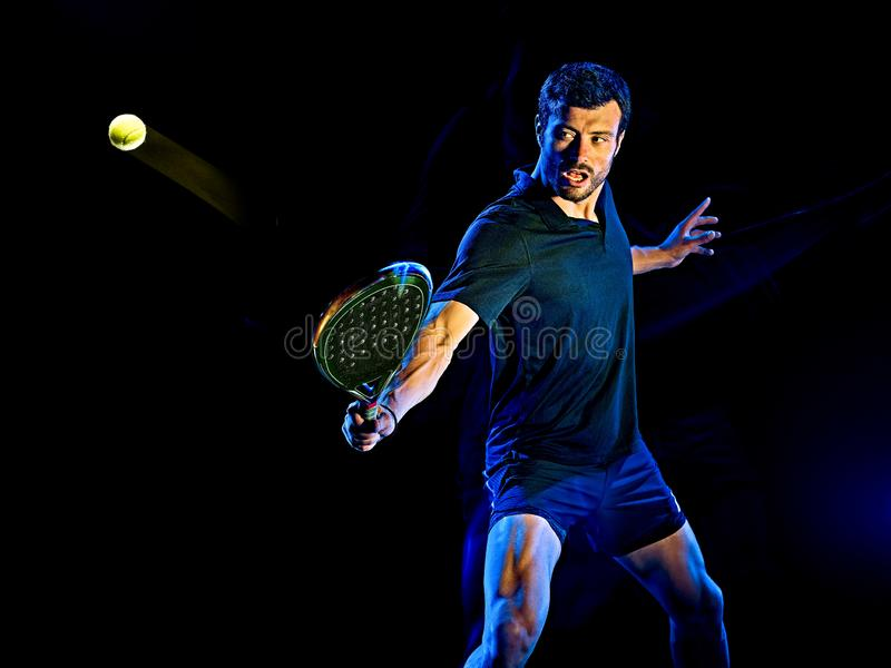 Lumière d'homme de joueur de tennis de palette peignant le fond noir d'isolement photographie stock libre de droits