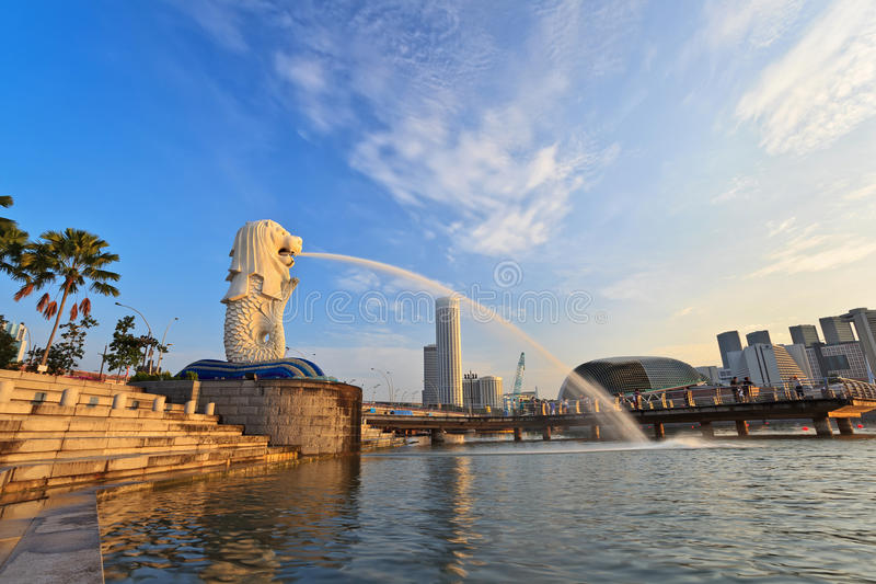 Lumière d'or pendant le matin au parc de Singapour Marina Bay Merlion photo stock