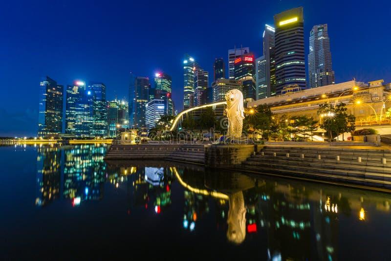 Lumière d'or pendant le matin au parc de Singapour Marina Bay Merlion photos stock