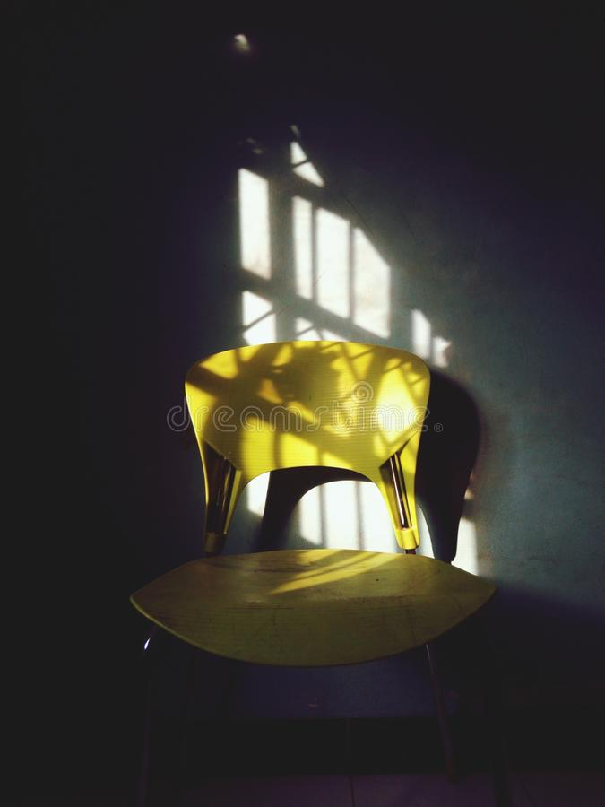 Lumière dans la chaise images stock