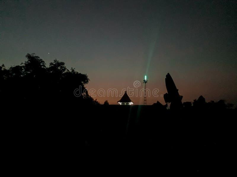 Lumière dans le ciel de l'aube image stock