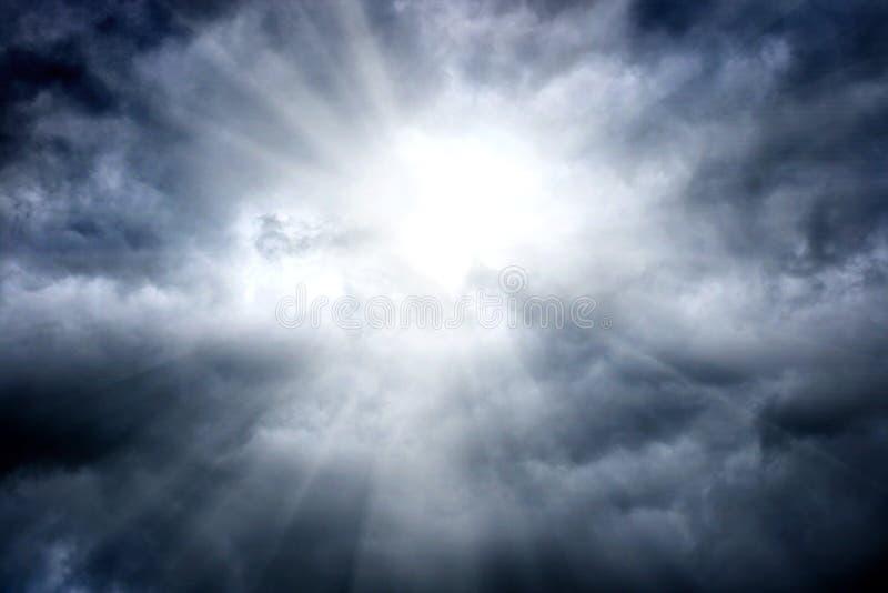 Lumière dans les nuages image stock