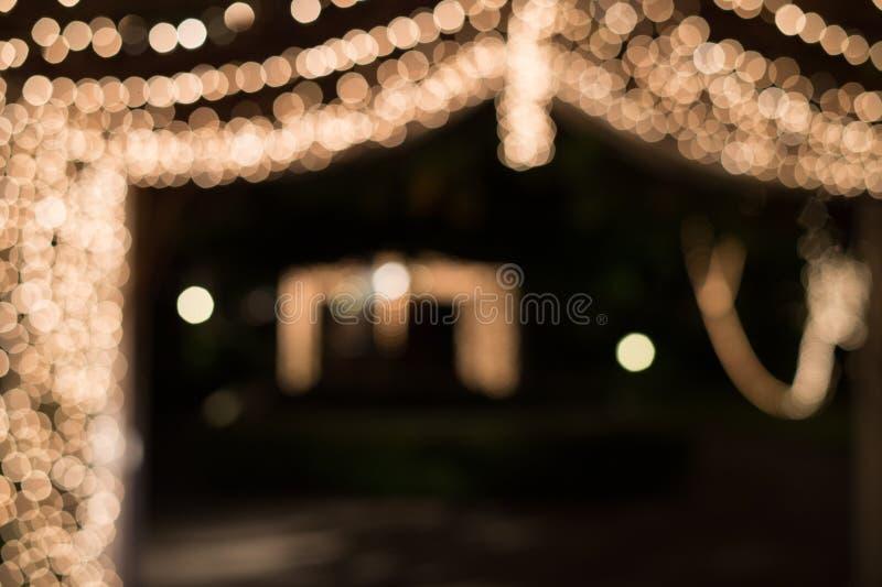 Lumière de Bokeh dans le tunnel décoré de petites ampoules images libres de droits