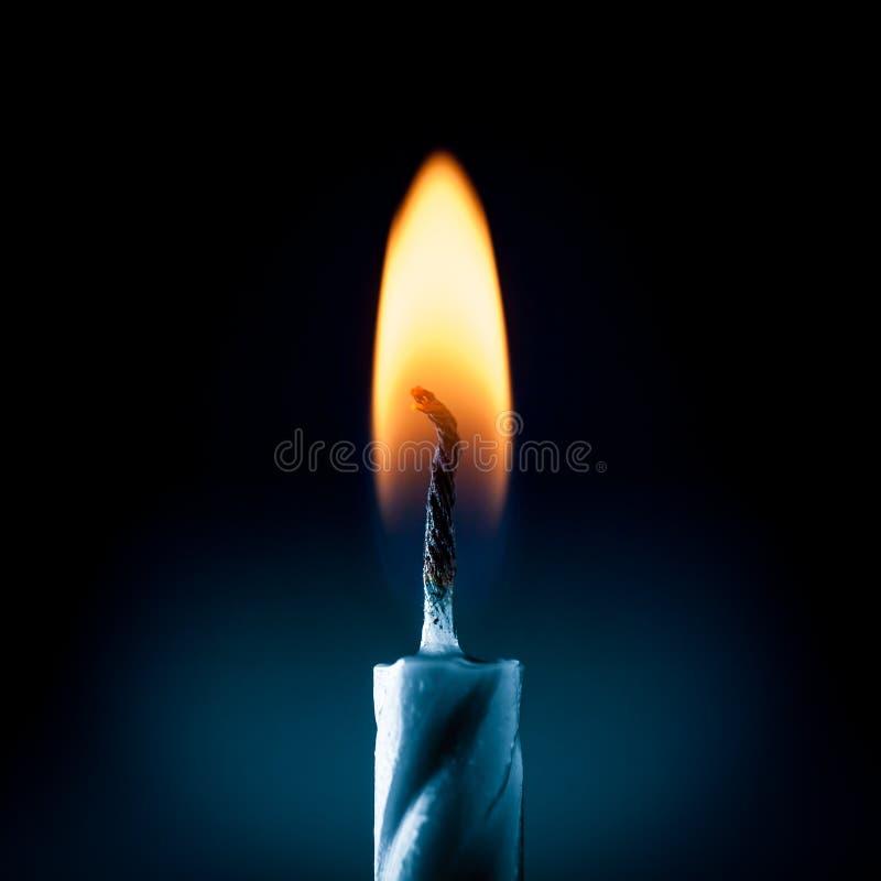 Lumière de bougie d'anniversaire images stock