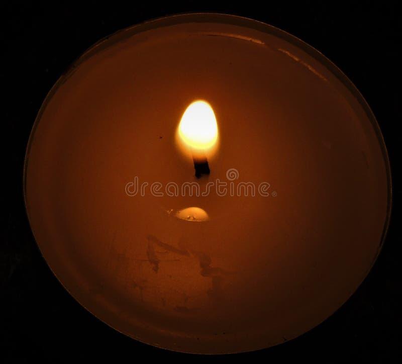 Lumière de bougie dans l'obscurité photographie stock libre de droits
