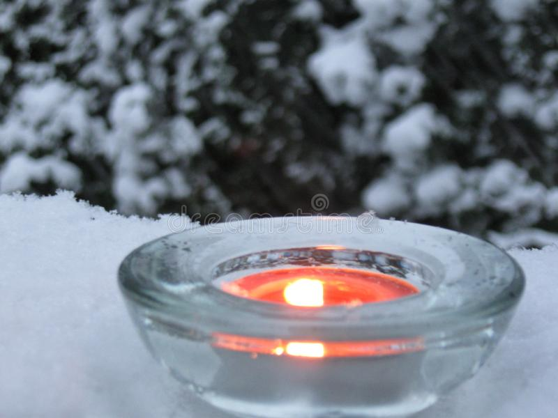 Lumière de bougie en hiver photographie stock libre de droits