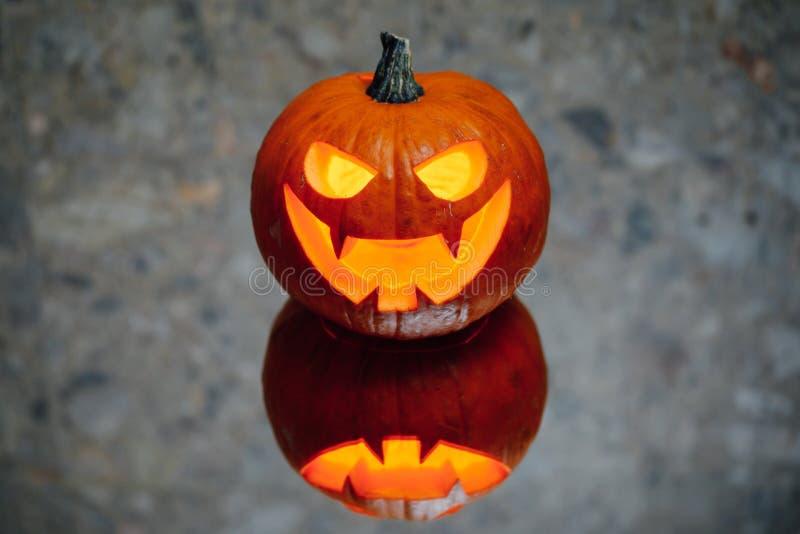 lumière de bougie de potiron de Jack-o-lanterne, fond gris photo libre de droits