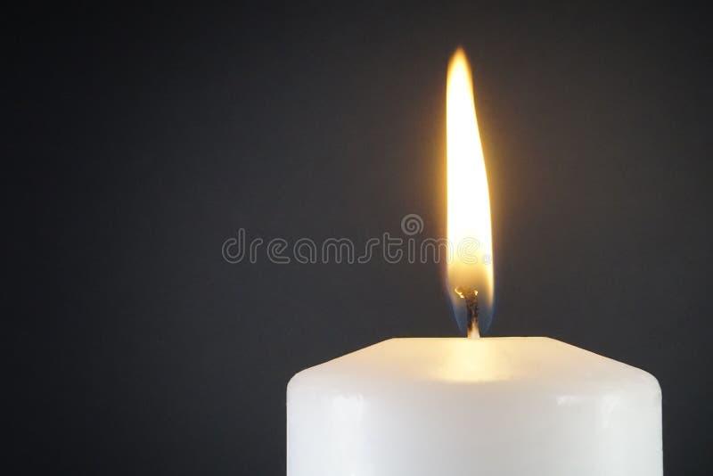 Lumière de bougie sur le fond foncé images libres de droits