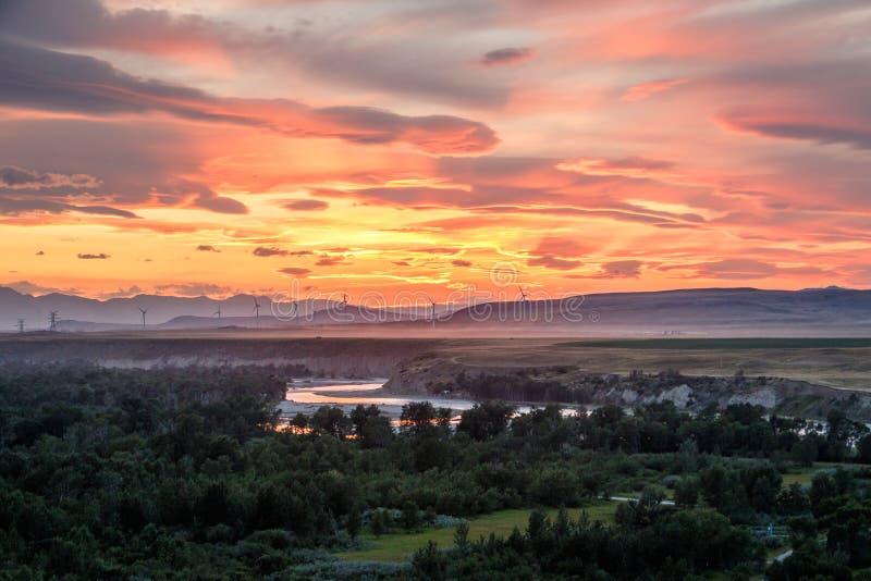 Lumière de coucher du soleil au-dessus de rivière d'Oldman près de crique de Pincher, Alberta du sud, Canada photographie stock