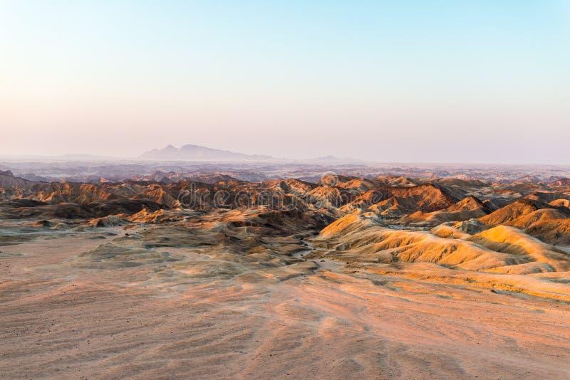 Lumière de coucher du soleil au-dessus des vallées stériles et des canyons, connus sous le nom de photographie stock
