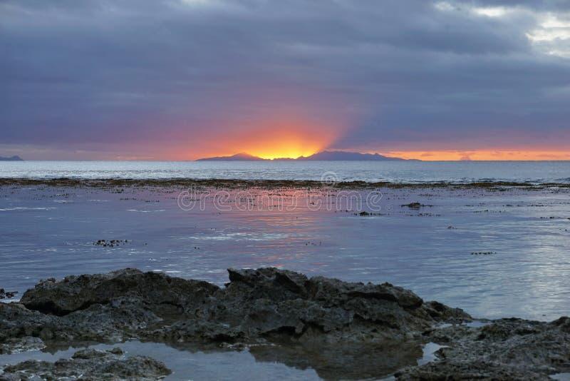 Lumière de coucher du soleil avec l'île à l'horizon Pacifique photographie stock libre de droits