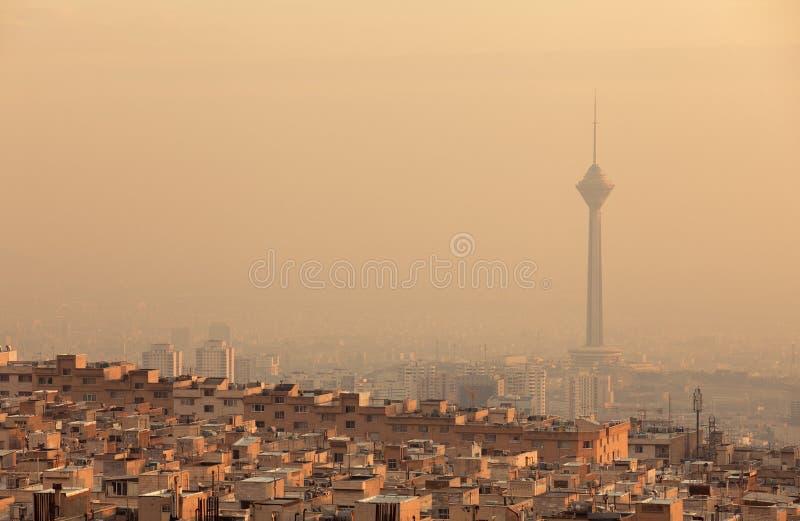 Lumière de coucher du soleil sur l'horizon de Téhéran pollué par air photo libre de droits