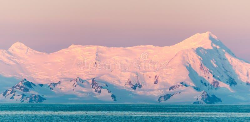 Lumière de coucher du soleil sur les montagnes couronnées de neige, péninsule antarctique photographie stock