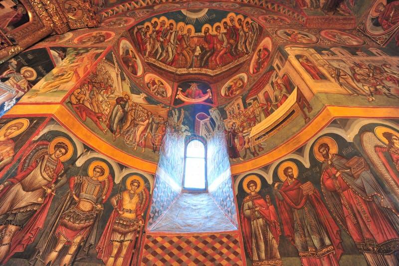 Lumière de houx indiquant les graphismes intérieurs de l'église photographie stock