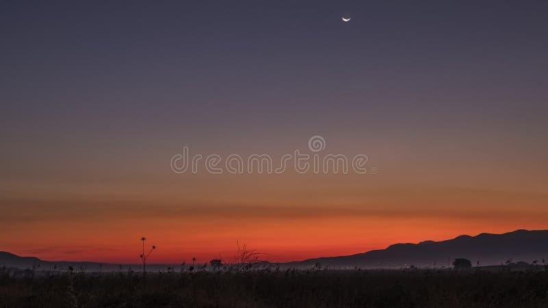 Lumière de l'aube sur les montagnes images libres de droits
