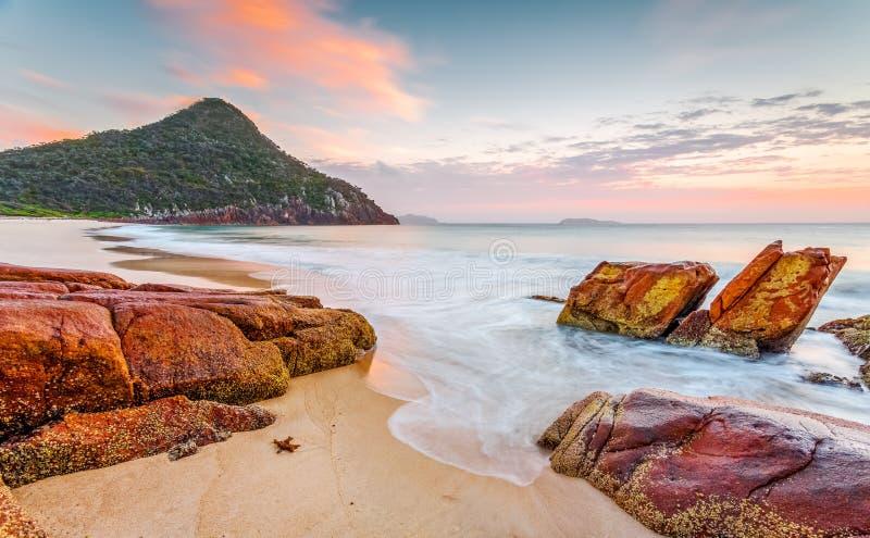 Lumière de lever de soleil de matin sur le port Stephens de plage de zénith photo libre de droits