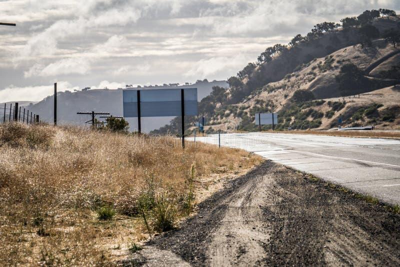 Lumière de matin sur les USA 101 dans les collines d'herbe sèche près de Monterey, la Californie photos libres de droits