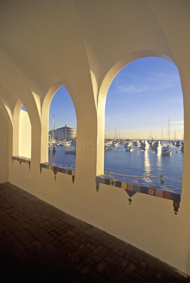 Lumière de matin sur par l'intermédiaire du casino et de l'Avalon Harbor, Avalon, Catalina Island, la Californie photos stock