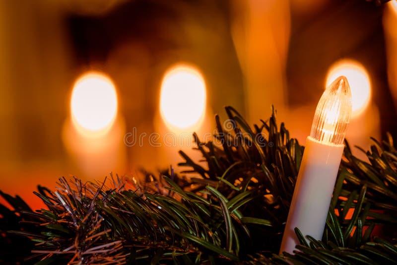 Lumière de Noël électrique sur un arbre images stock