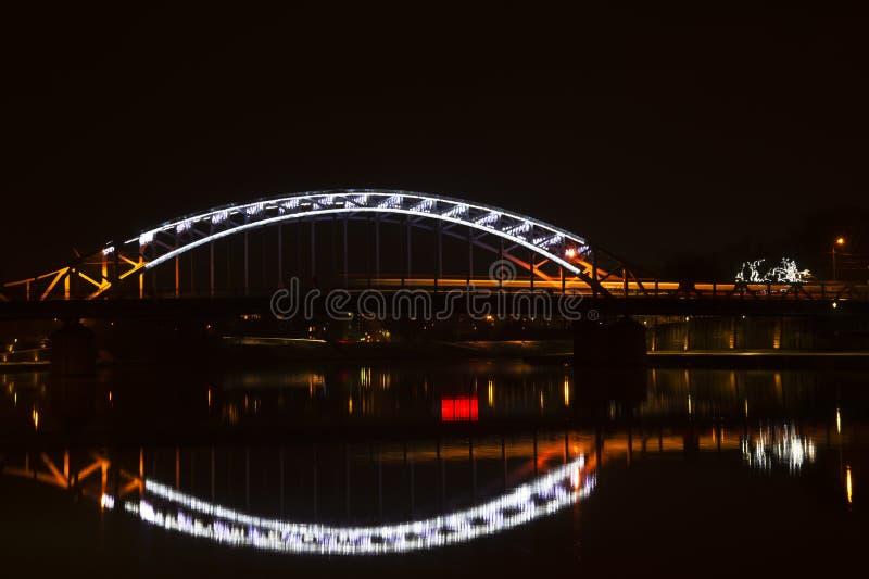 Lumière de pont de ville appartenir la rivière et le fond de lumière de réflexion image stock