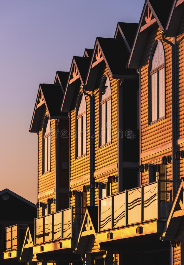 Lumière de soirée sur des maisons urbaines photographie stock