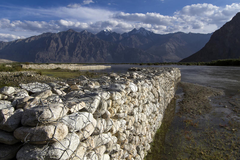 Lumière de soirée sur le fleuve Shyoka, Ladakh photo stock