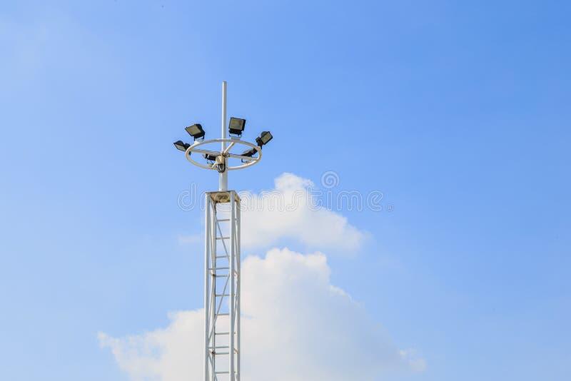 Lumière de stade d'isolement sur un fond de ciel bleu photo libre de droits