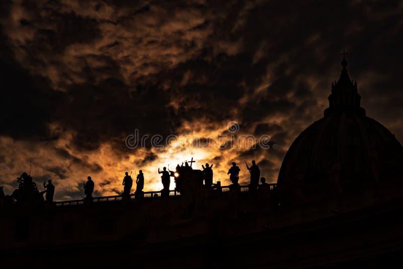 Lumière divine sur la basilique di San Pietro Roma photo stock